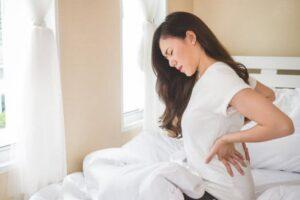 朝起きた時の腰の痛み。その原因と対処法とは?